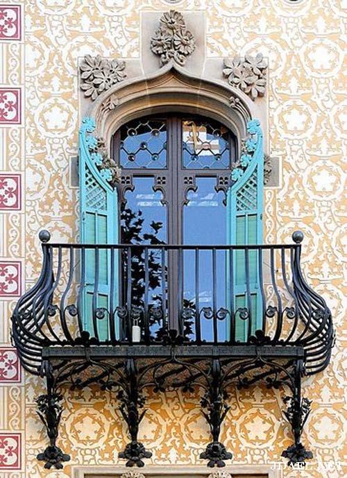 نوافذ وبلكونات بالزجاج الملون وتداخل الحديد والجبس لواجهات البيوت